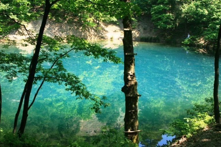 Lacul din Romania care isi schimba culoarea este unic in Europa. VIDEO !
