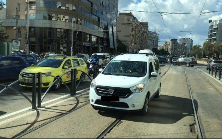 Imagini surprinse în traficul din București. Reacția unui șofer care a blocat o ambulanță