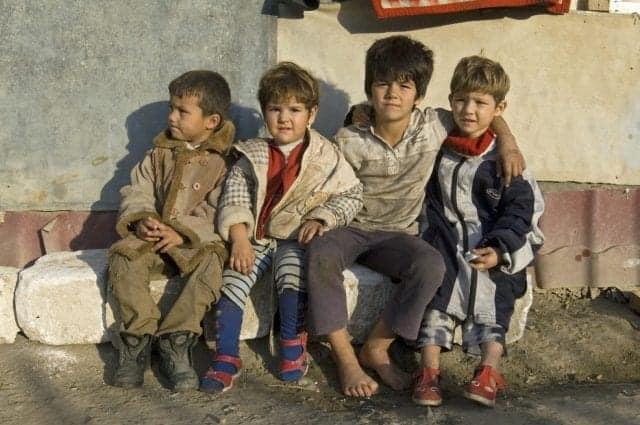 """Peste 200.000 de copii din România se culcă flămânzi în fiecare seară. Pentru ei ce facem """"dragi"""" conducatori?"""