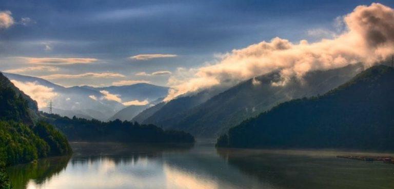 Peisaje mirifice dintr-o lume cu aspect ireal, filmate la Cascada Scoruş şi Lacul Brădişor