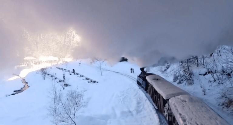 """""""MOCĂNIȚA ÎN POVESTEA IERNII!"""" Clipul care a uimit intreaga lume si a prezentat istoria unui tren pe care toti il stiu!!!"""