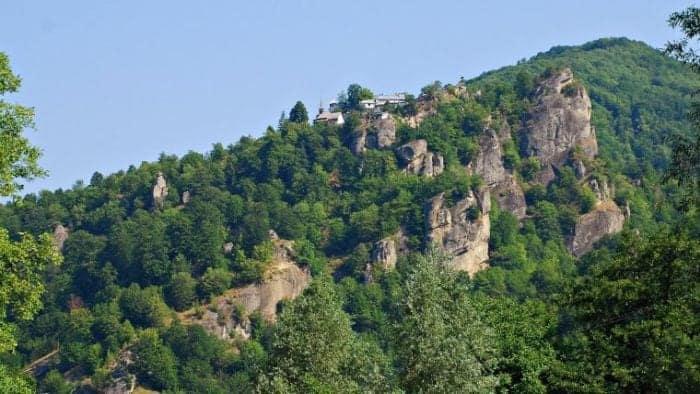 "Construita la o altitudinea de 881 de metri, aceasta manastire este supranumita ""Meteora României""!"