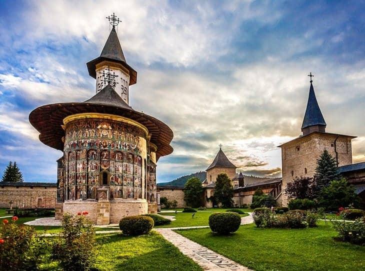 Mănăstirea Sucevița una dintre cele mai frumoase manastiri din Romania!!