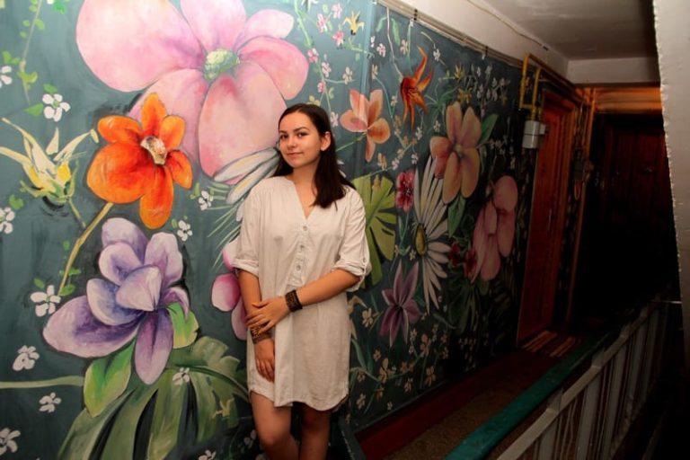 Eleva care a pictat scara blocului în Brăila. Opere de artă, în locul pereților cu var alb scorojit