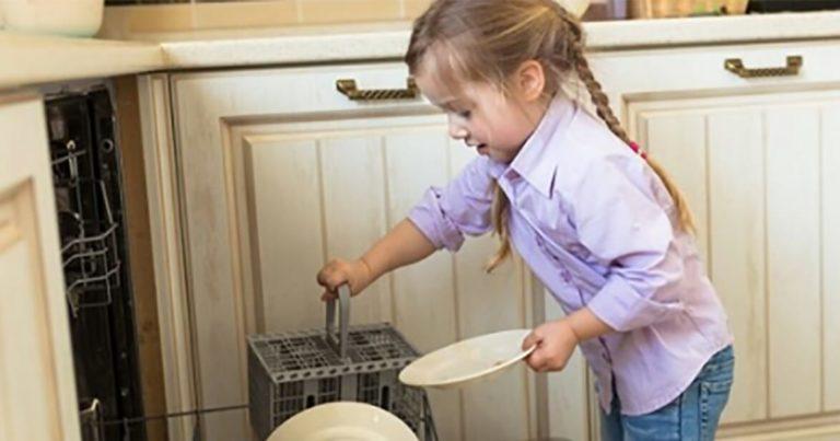 Copiii care ajută de mici la treburile casnice, au sanse mai mari să fie oameni de succes ca adulţi, susţin cercetătorii